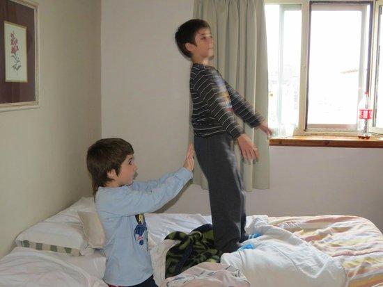 Grand Hotel Bariloche: los chicos comodos en la habitacion