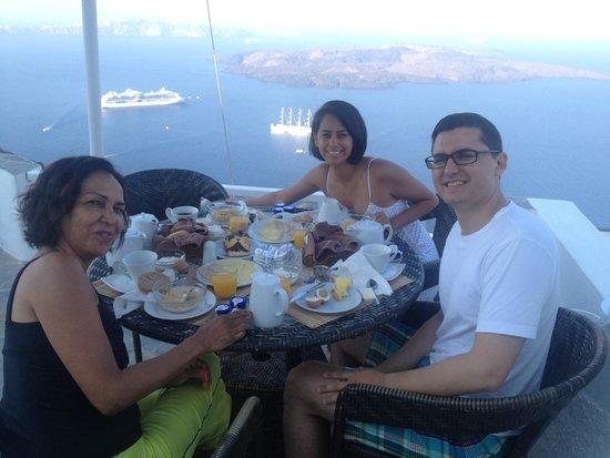 Nomikos Villas : Having breakfast on our patio... room 12.