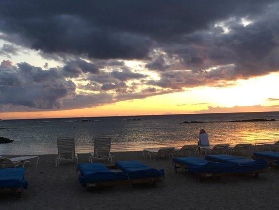 Mauna Lani Bay Hotel & Bungalows: Sunset from the beachfront.