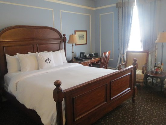 The Oxford Hotel: King bed