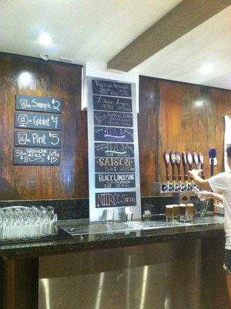 Kauai Beer Company : The bar