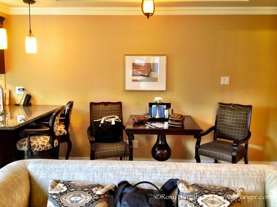 Oak Bay Beach Hotel : Table and Chairs in One Bedroom Suite