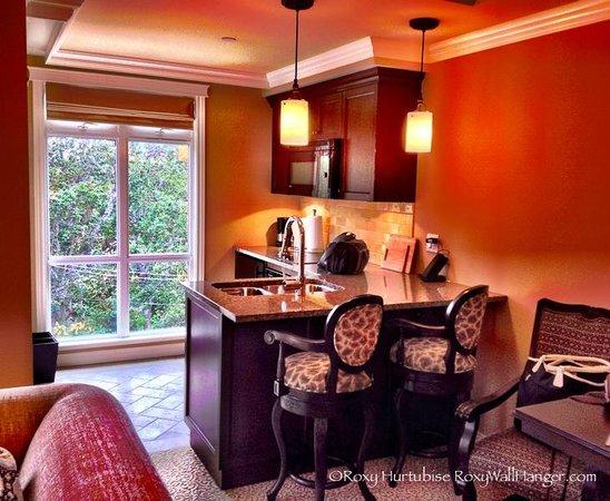 Oak Bay Beach Hotel: Kitchenette breakfast bar granite countertop in one bedroom suite