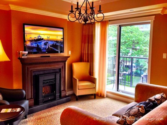 Oak Bay Beach Hotel: Living room/tv/view from one bedroom suite