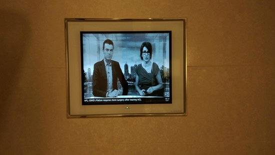 Hilton Sydney: TV in Bathroom is nice, would be nicer with color!