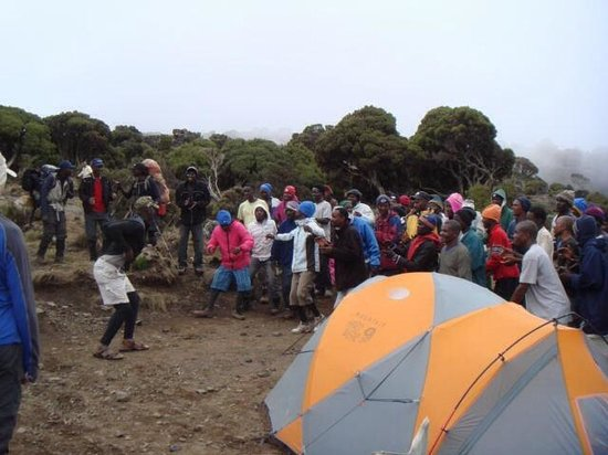 Kilimandscharo-Massiv (Kilimanjaro): The porters dance