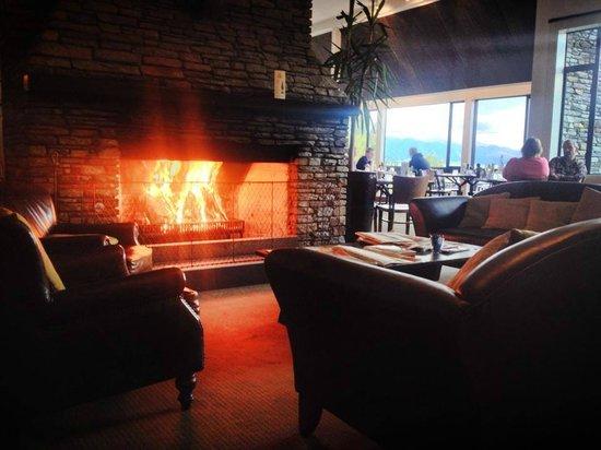 Lake Hawea Hotel: the lounge area