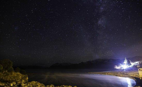 Lake Hawea Hotel: the lake by night