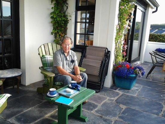 Marsh Mere Lodge : enjoying a snack on the veranda