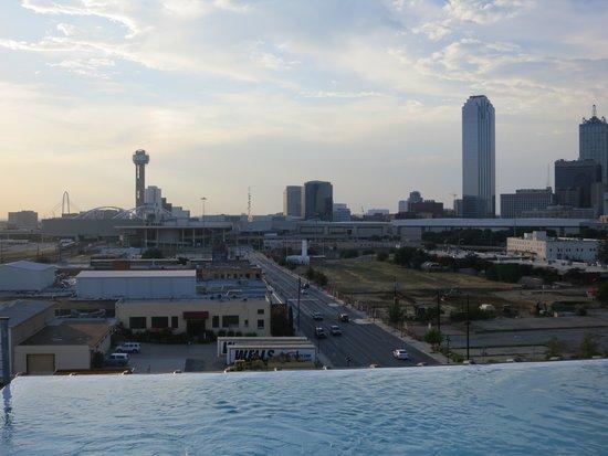 NYLO Dallas South Side: Dallas skyline over the pool