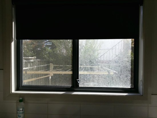 Cardiff Executive Apartments: Kitchen Window : Very Dirty