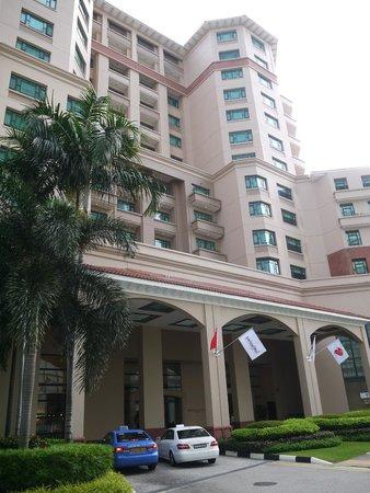 Swissotel Merchant Court Singapore : entrance to the hotel