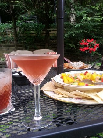 Highlands House Bed &Breakfast: Cocktail hour begins with light appetizers