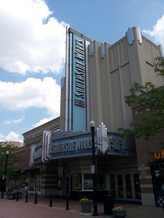 """South Side: Nieuw gebouw met """"vintage"""" neon."""
