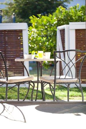 Broadway Motel & Miro Court Villas: Breakfast in your Private Villa Courtyard