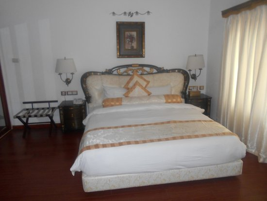 White Pearl Suites: King size bed