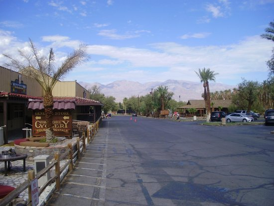 Furnace Creek Inn and Ranch Resort: bar and restaurant on the left