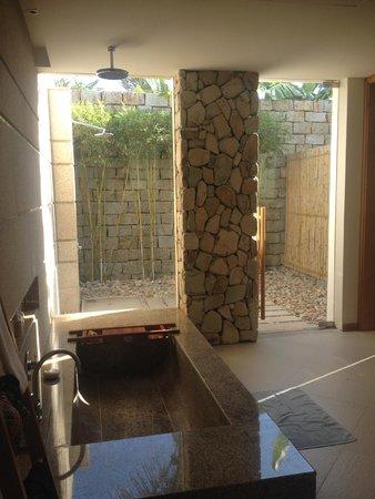 Mia Resort Nha Trang : Bathroom and outdoor shower