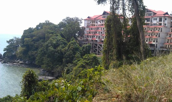 Selesa Tioman Condo Hotel : The resort from the walk to the beach