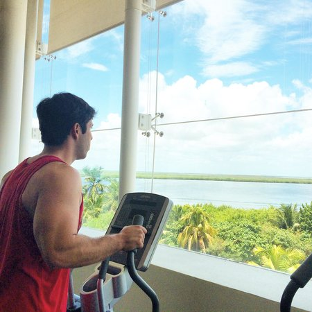 Sun Palace: The gym with the view of the lagoon