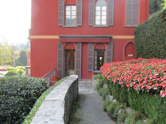 Villa d'Este: Side windows from bedroom and bathroom and garden