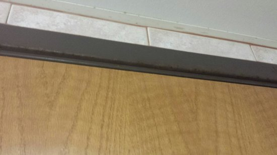 Rodeway Inn & Suites: Rusty bathroom door frame