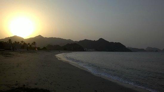 Al Bustan Palace, A Ritz-Carlton Hotel: Beach - late afternoon