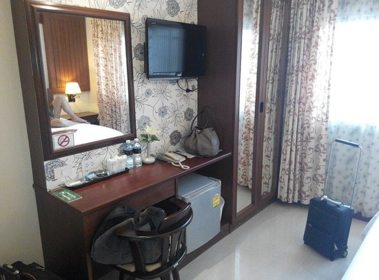 Patong Terrace Boutique Hotel: First screen TV n writing desk