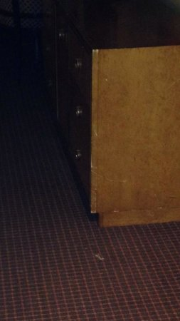 LaGuardia Plaza Hotel - New York: Dresser/tv