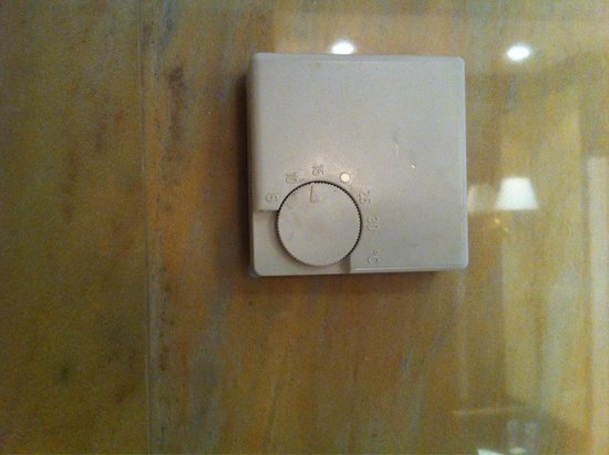 Gran Hotel San Martin: Interruptor para encender la luz del baño ��