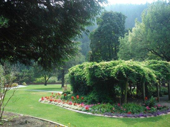 Harrison Hot Springs Resort & Spa: garden