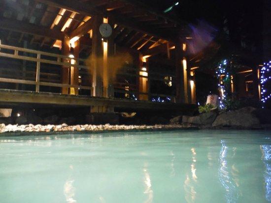 Harrison Hot Springs Resort & Spa: pool at night