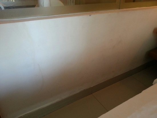favehotel Umalas: Dirty & cracked wall in room 212 �� , room too small, with 420k idr/night we could get a much2 b