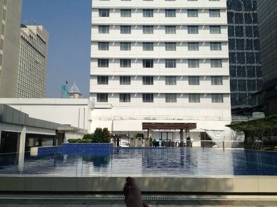 Pullman Jakarta Indonesia: The shady side of the pool is best.