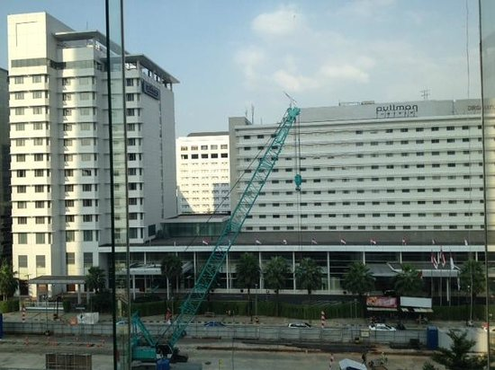 Pullman Jakarta Indonesia: The exterior of the hotel does not do justice to the interior.