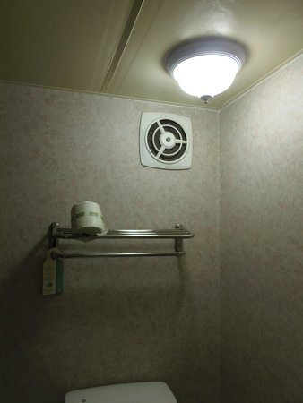 FairBridge Inn & Suites Idaho Falls: Notice there are no linens on linen shelf