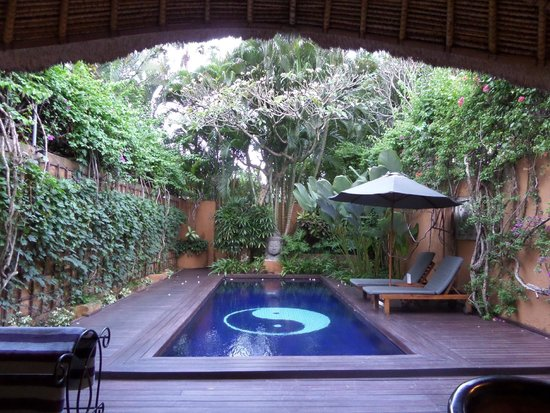 The Villas Bali Hotel & Spa : Our beautiful private pool in the evening