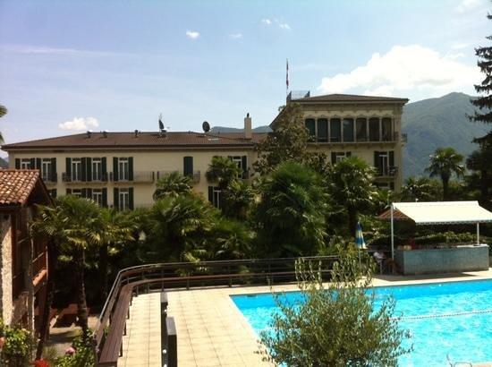 Hotel Montarina & Backpackers Hostel: jardin côté piscine!