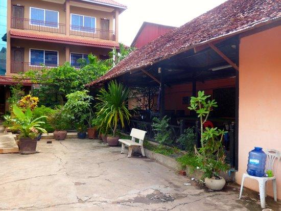 Angkor Secret Garden Hotel: Speisesaal und Billardtisch,TV