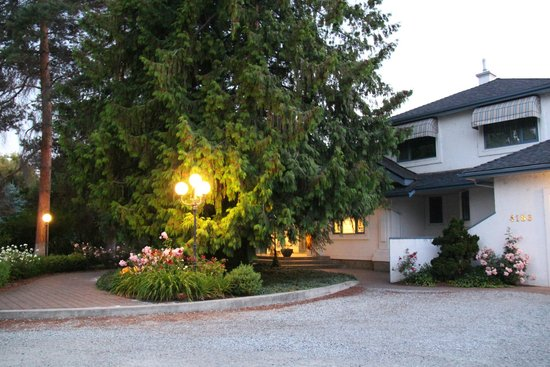 Lakeshore Bed & Breakfast: Front of house