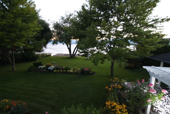 Lakeshore Bed & Breakfast : View from Lakeview room balcony towards lake