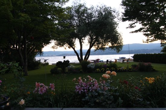 Lakeshore Bed & Breakfast : view of garden and lake from back patio