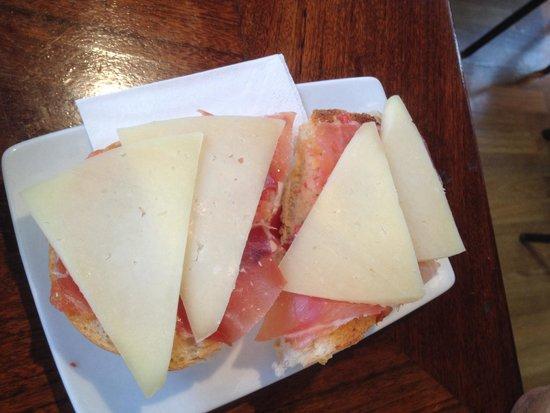 Meson Abad : Tostada de jamón serrano y queso curado (3,10€)