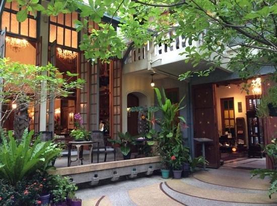 Ariyasomvilla: dining and entrance