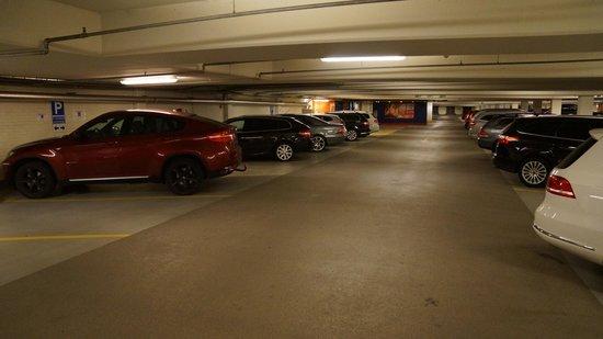 Quality Hotel Globe: Parking garage.