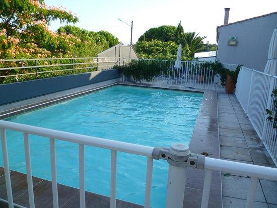 Hotel Canal : piscine avec terrasse et transats