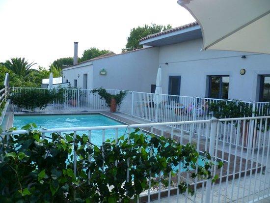 Hotel Canal : vue extérieure de la piscine