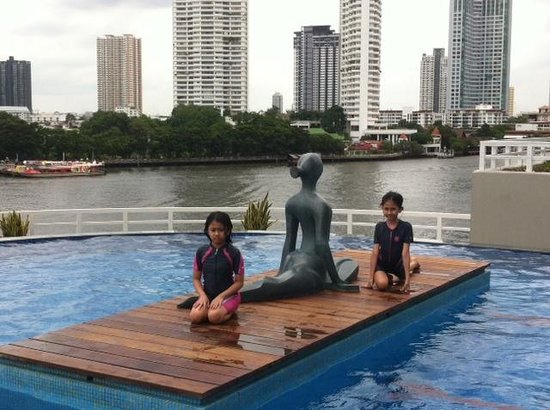 Chatrium Hotel Riverside Bangkok: relaxing by the pool