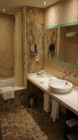 Coral Dubai Al Barsha Hotel : 酒店浴室