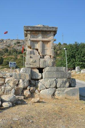 Xanthos - Lycian Antique City : Lahit